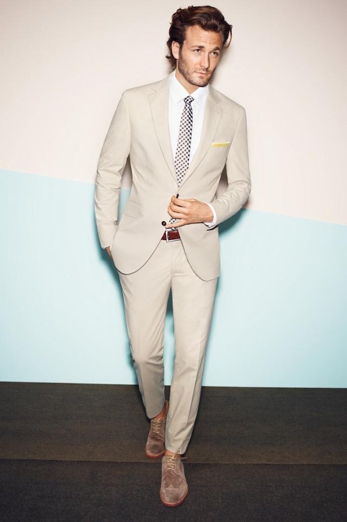 tenue chic homme pour soirée en costume beige