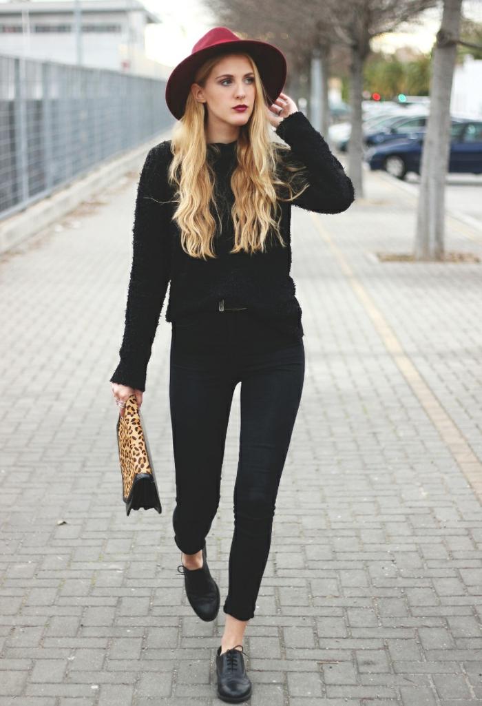 s habiller en noir, pull noir, pantalon noir, chapeau bordeaux, cheveux blonds, sac à main motif panthère