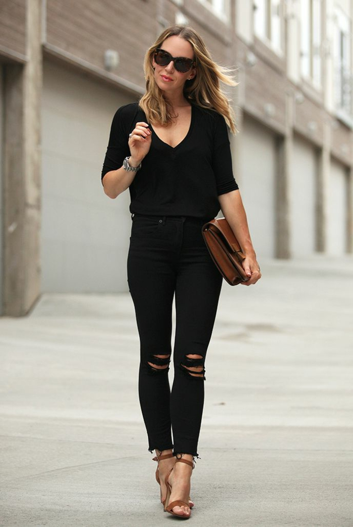 s habiller en noir, paire de jeans noirs déchirés, lunettes de soleil, sac à main marron