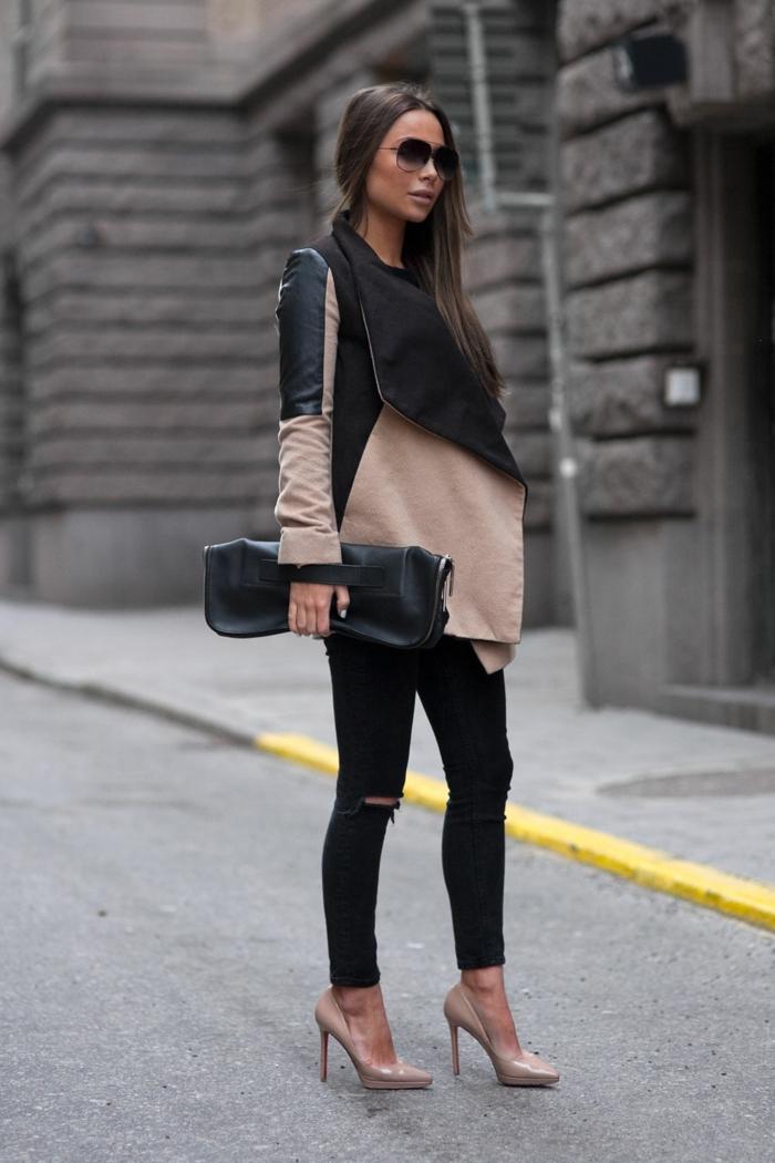 s habiller en noir, chaussures à talons, manteau beige et noir, sac à main en cuir, cheveux brunes raides