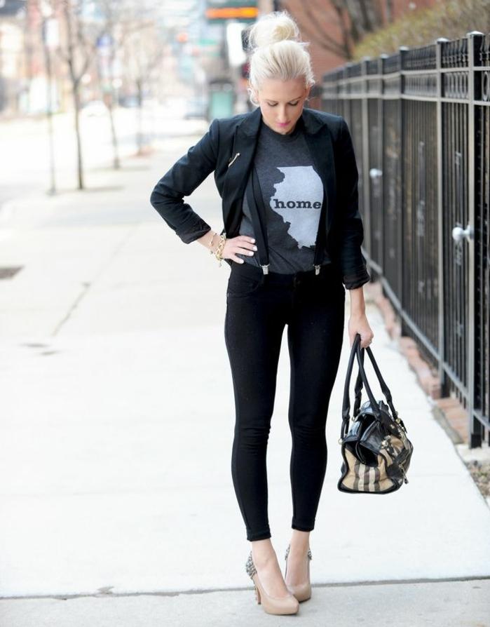 s habiller en noir, blazer noir, t-shirt gris avec citation, bretelles noires, cheveux blonds