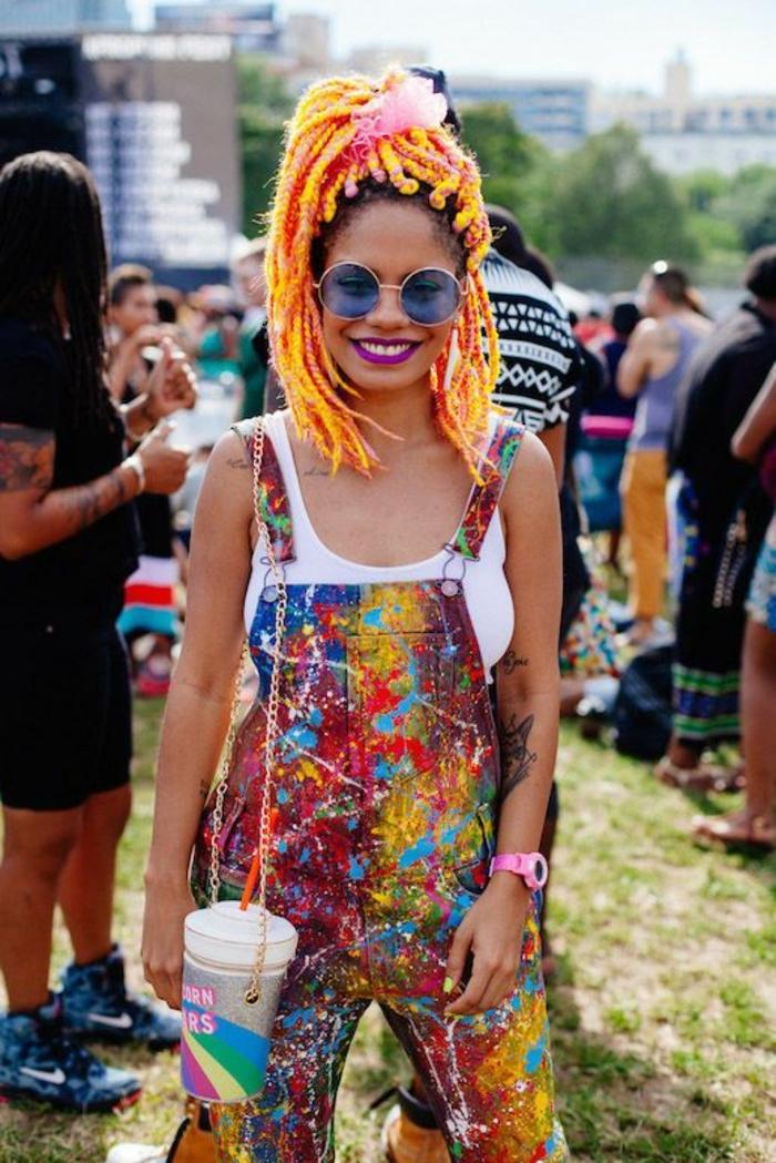 comment porter la salopette, montre rose, lunettes de soleil bleues, lèvres violettes, salopette multicolore