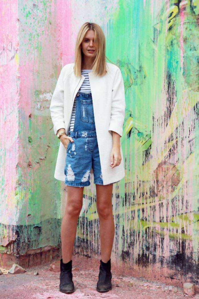 salopette en jean, veste blanche, blouse rayée en blanc et noir, bottines noires
