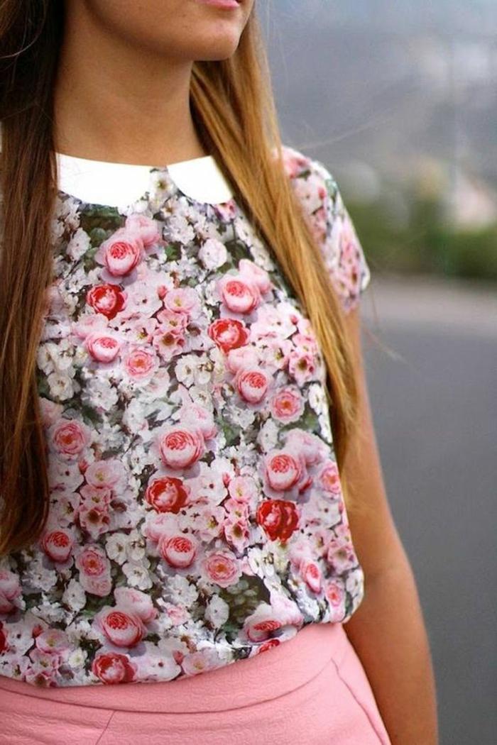 tenue chic top au col claudine blanc avec des roses rouges roses et blanches