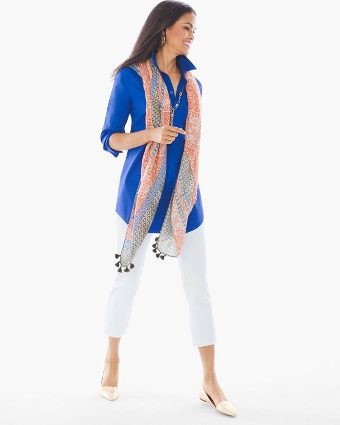 tenue chic en deux pièces chemisier bleu royal manches longues et pantalon blanc 7/8