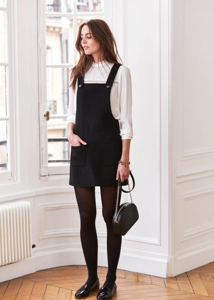 tenue chic en noir et blanc robe salopette chemise manches longues longueur mini avec des mocassins noirs