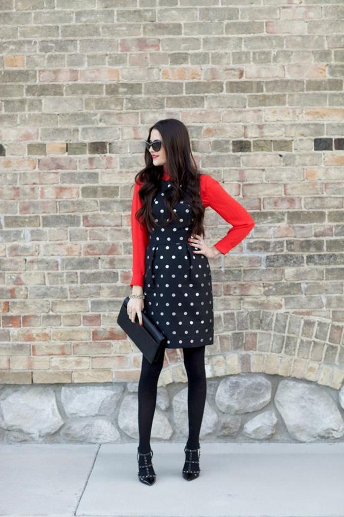 tenue chic robe sans manches noires à pois blancs avec chemise rouge et sac pochette noir