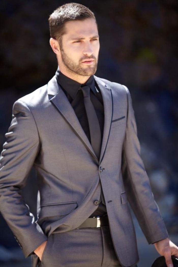 tenue sobre gris pour soirée homme
