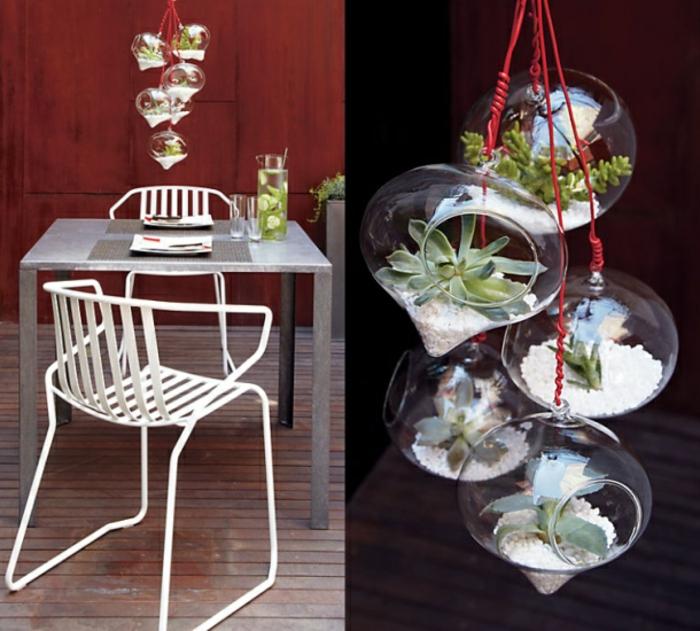 terrarium suspendu, chaise blanche, table de jardin, plante en bocal fermé