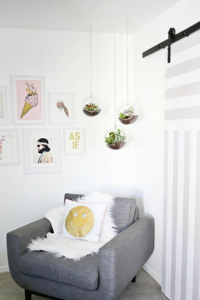 terrarium plantes grasses, fauteuil gris, coussin avec smiley, plaid en fausse fourrure, terrarium succulente