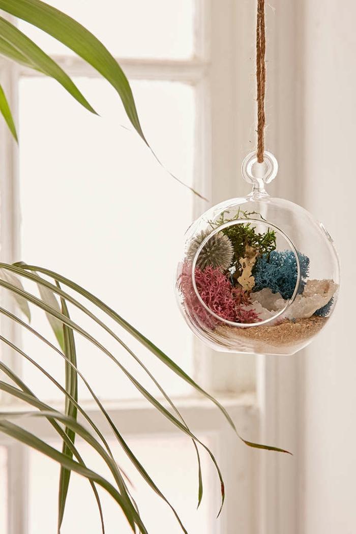 boule en verre à suspendre, grande fenêtre, sable, faire un terrarium, jardin miniature