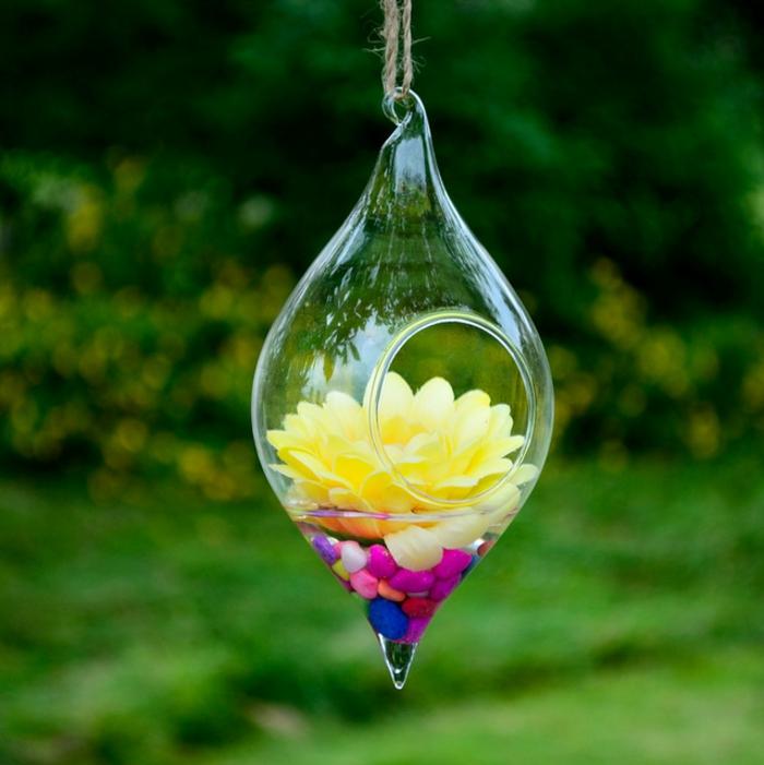 jardin miniature, cailloux multicolore, fleurs jaune artificielle, récipient en verre, décoration extérieure
