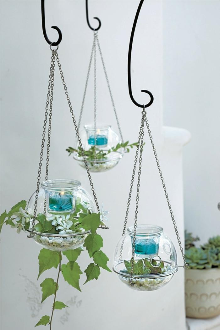 boule en verre à suspendre, plante bocal, bougies bleues, terrarium suspendu