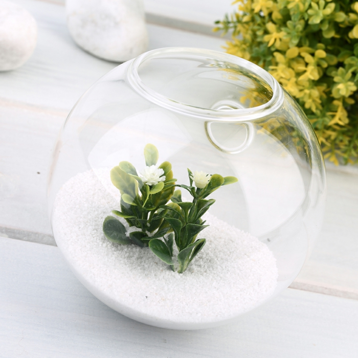 jardin miniature, sable blanc, boule en verre à suspendre, table en palettes de bois