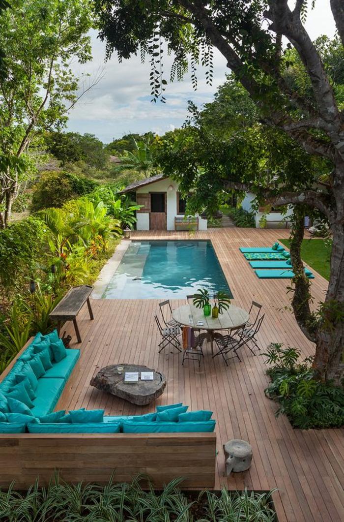 plage de piscine en bois composite, déco flashy pour égayer l'ambiance naturelle