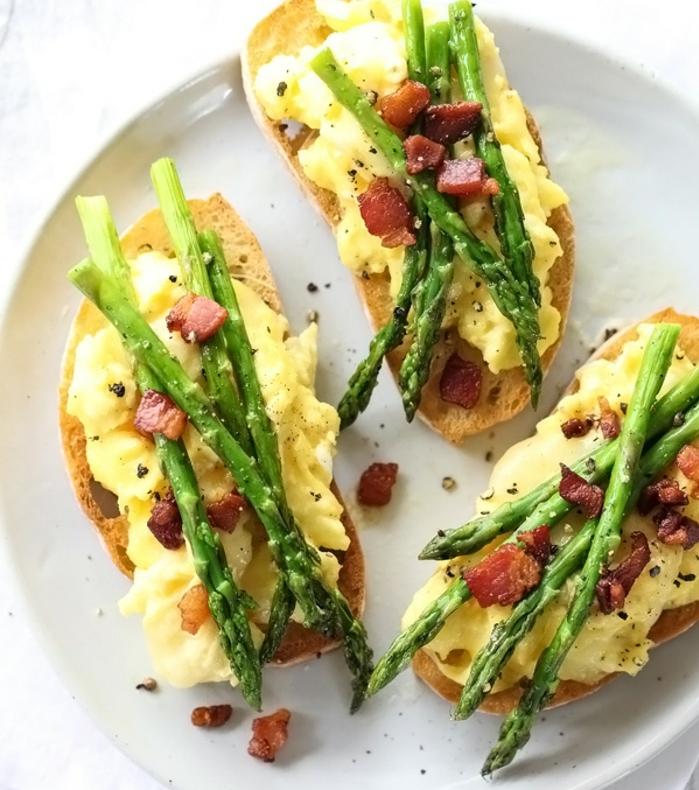 repas de paques, une idee d entree de paques toast aux oeufs brouillées, asperges et lardons, idée de recette facile, brunch