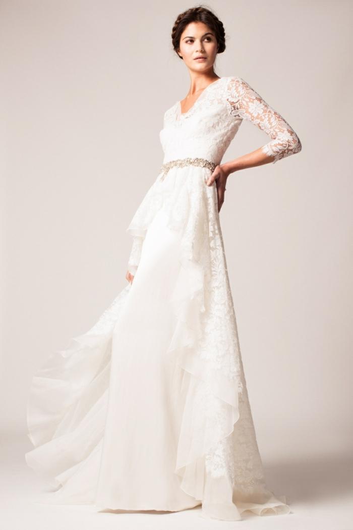 une élégante robe de mariée dentelle et mousseline de soie, couronne de tresse romantique