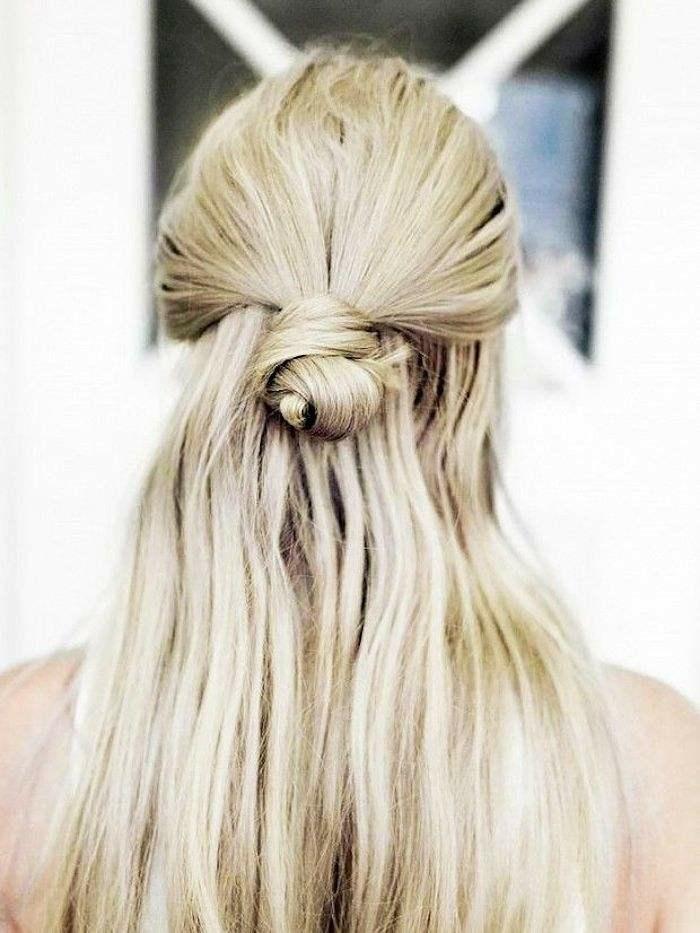 Voir comment faire une coiffure chignon bohème tuto cheveux longs femme blonde