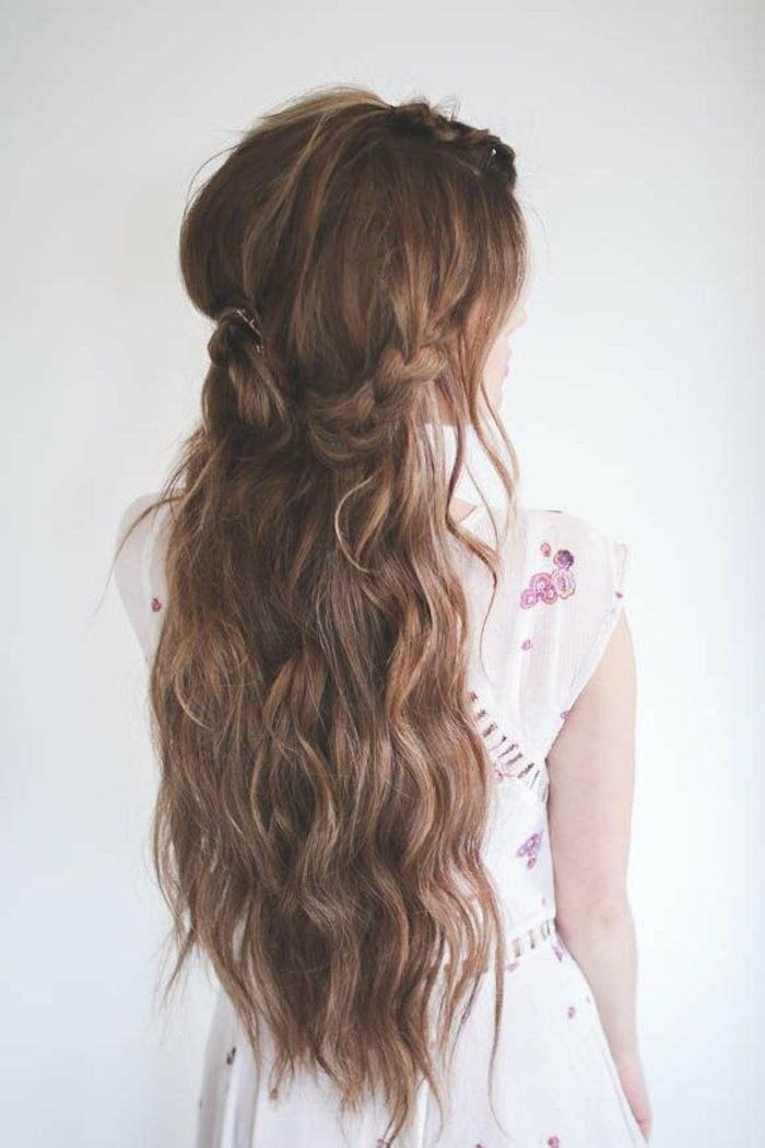 Chignon tresse cheveux ondulés sur le coté coiffure style bohème