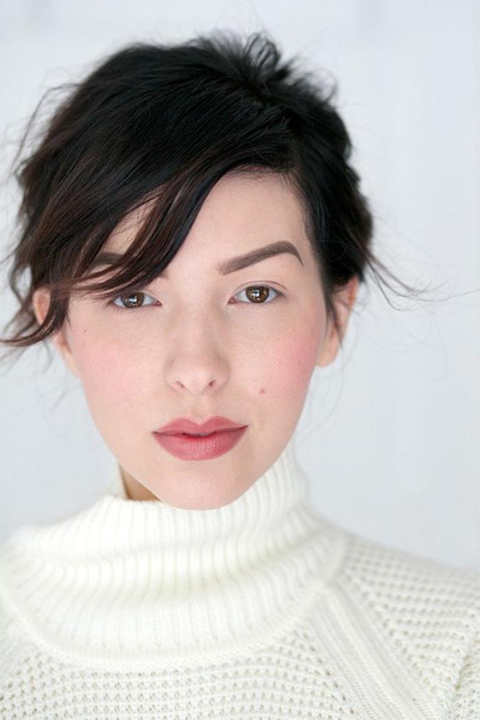 maquillage discret, accent sur les lèvres et le teint frais