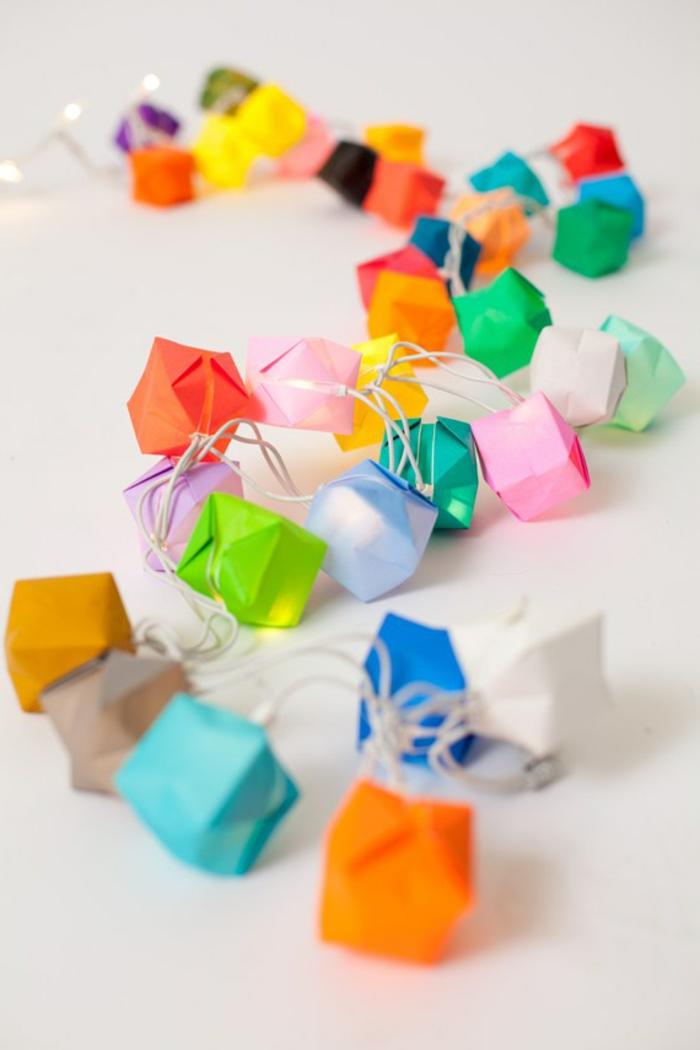 suspension origami, guirlande lumineuse en papier, luminaire fait maison en papier multicolore