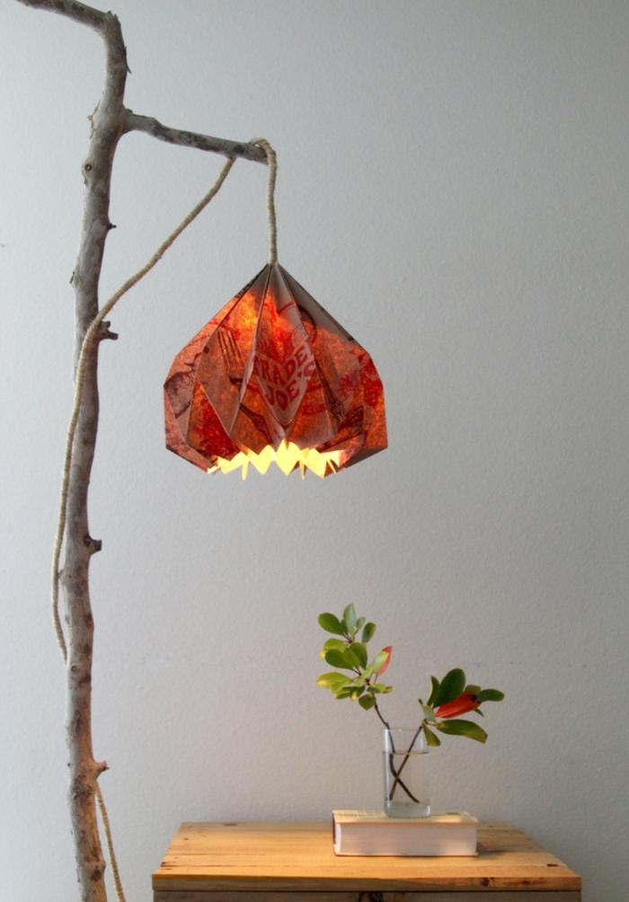 luminaire origami, lampe en papier recyclé, petite table en bois, lampe origami