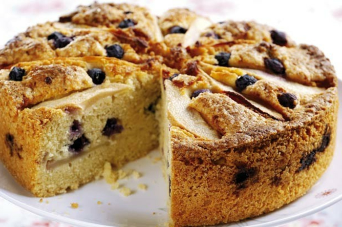 idée de dessert de paques, gateau de paques aux myrtilles et poires, comment faire un dessert pour paques
