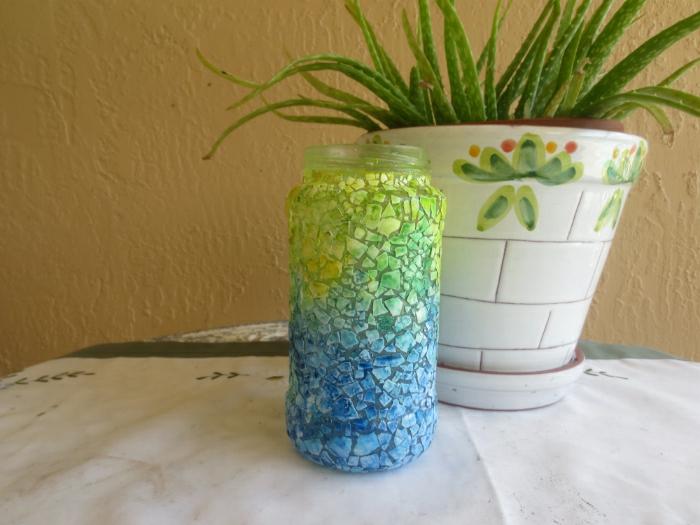 vase effet ombré morceaux de coquilles d oeufs en vert et bleu, idée projet bricolage activité manuelle printemps
