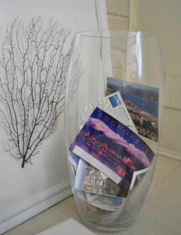vase en verre, remplie de cartes postales des pays visités, idée astuce deco fait maison, paysages, diy facile et rapide