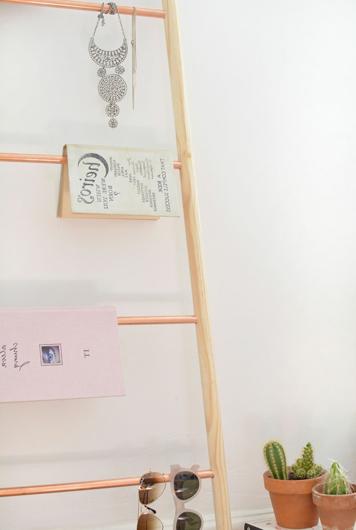 idée comment décorer sa chambre, une échelle décorative en bois, manches à balais et tuyaux en cuivre, décoration rangement bijoux, livres