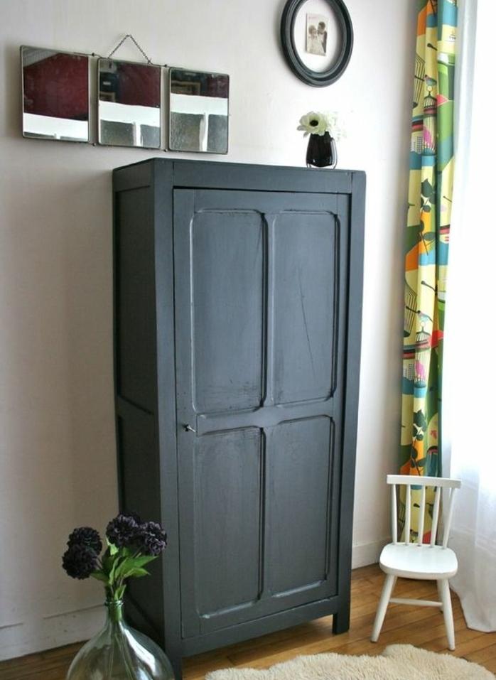 chambre à coucher vintage, relooker armoire ancienne, peinture noire, parquet clair, trois miroirs, petite chaise blanche, tapis blanc, rideau multicolore
