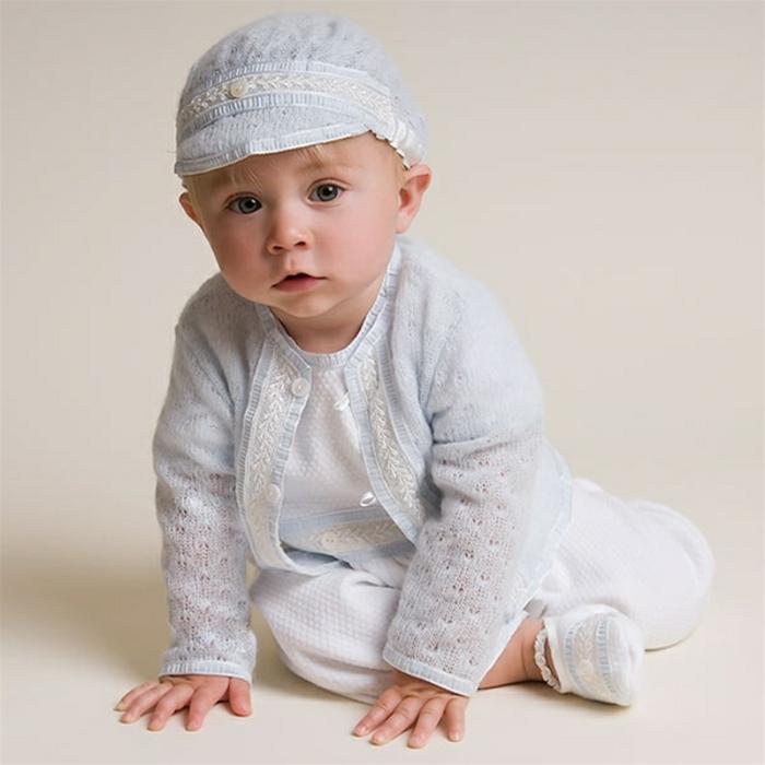 quelle tenue pour un baptême, costume en bleu claire, chapeau avec bandeau en dentelle