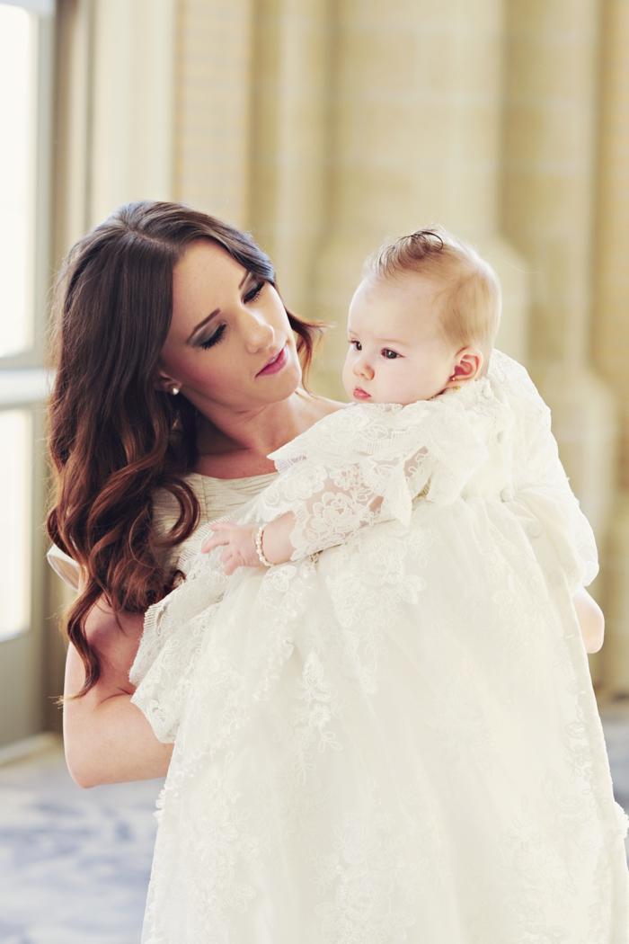 tenue de cérémonie femme, boucles d'oreilles en perles, robe bébé en écru et dentelle