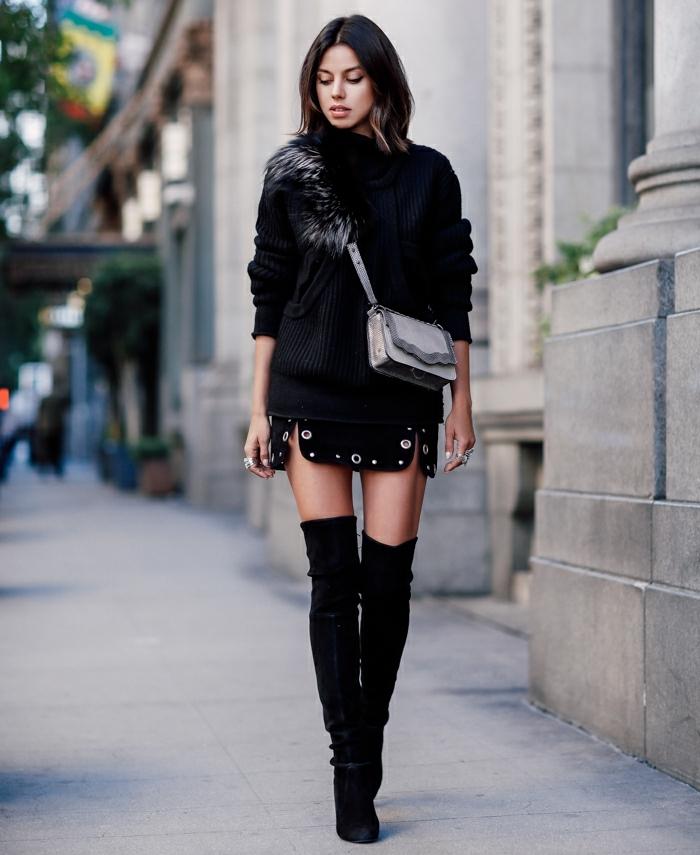 robe bottine, pull-over noir, sac à main gris, bagues en argent, bottes au-dessus de genoux