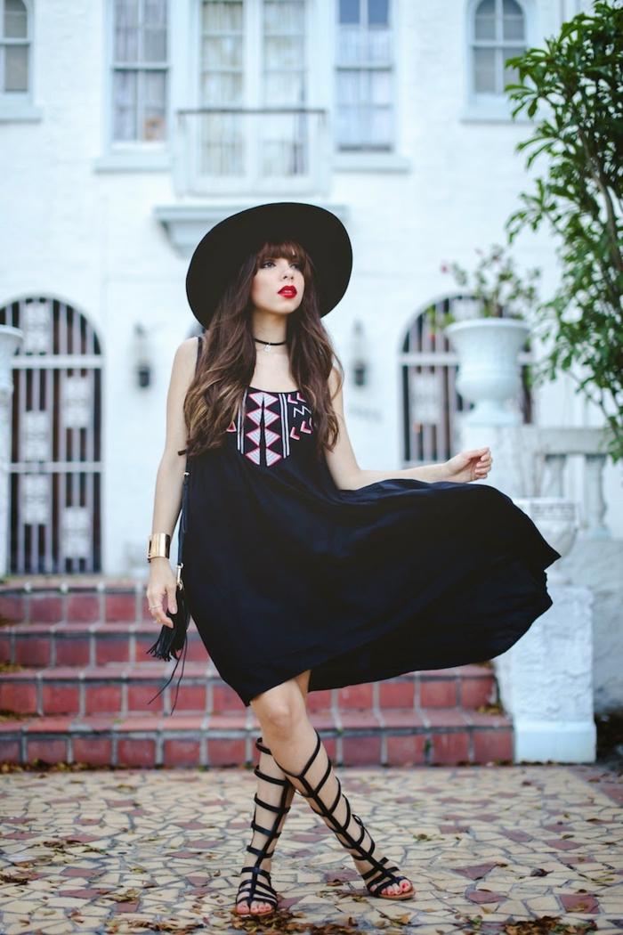 s habiller en noir, lèvres rouges, sandales montantes, robe noire à décoration triangulaire, ras du cou