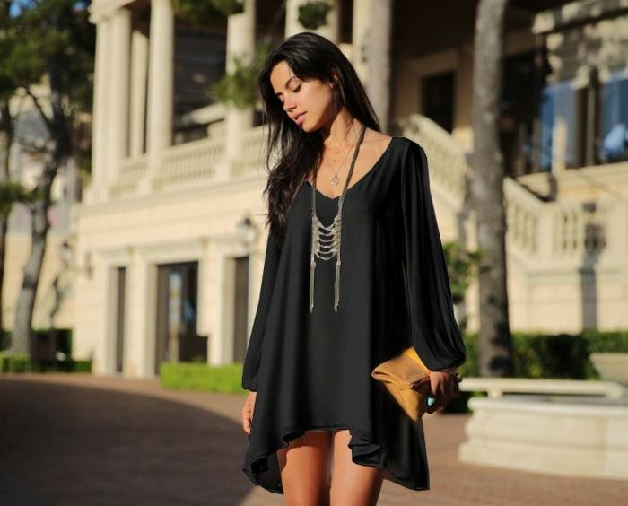 s habiller en noir, tunique loose, collier en argent, pochette marron