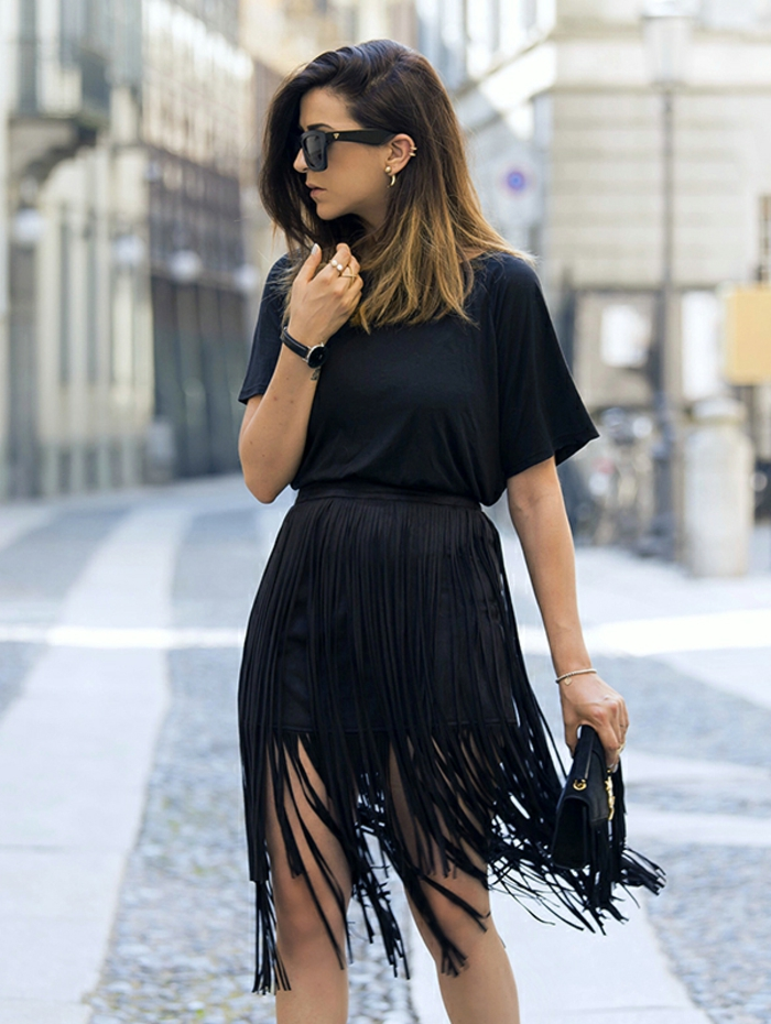 s habiller en noir, montre or, lunettes de soleil, blouse noire sans manches, jupe à franges