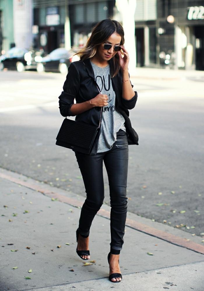 que mettre avec un pantalon noir, t-shirt gris avec citations, pochette noire, blazer noir
