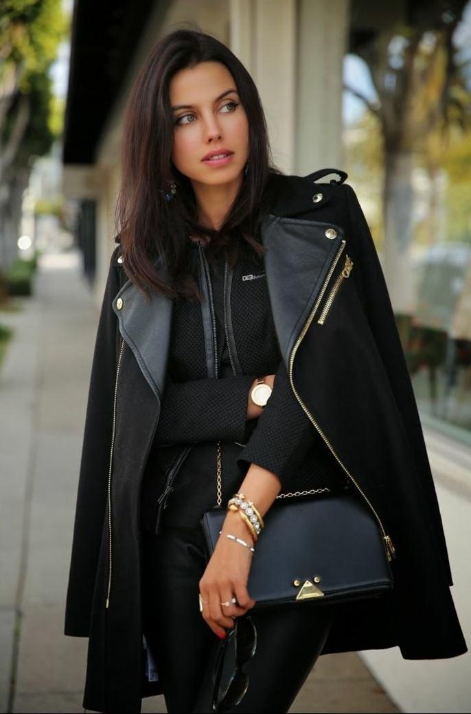 s habiller en noir, bijoux en or, pantalon noir, veste noire avec fermeture éclair, bracelet en perles