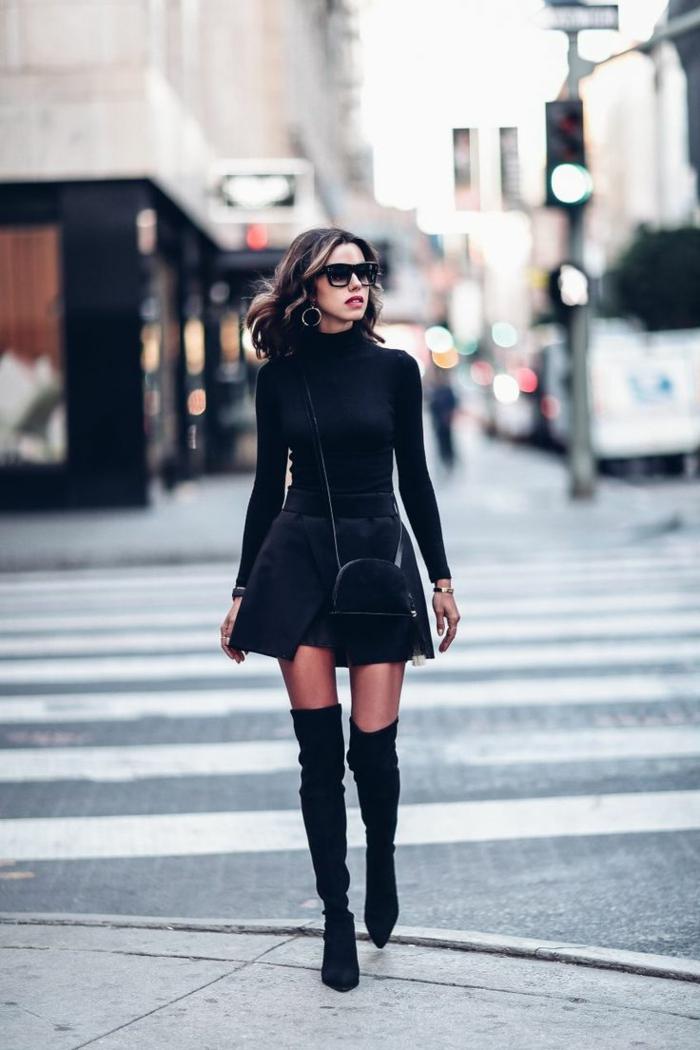 s habiller en noir, bottes au-dessus de genoux, lunettes de soleil, bijoux en or