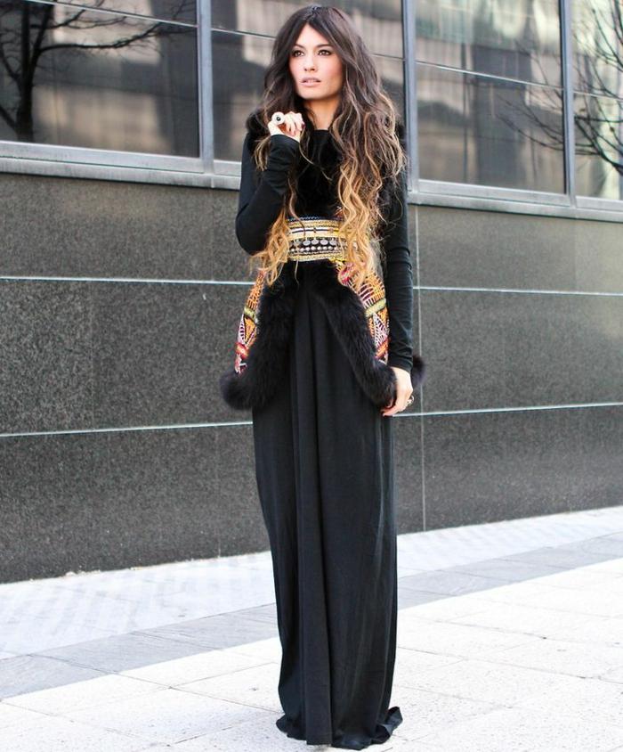robe bottine, veste sans manches en fausse fourrure, cheveux balayage, ceinture ethnique