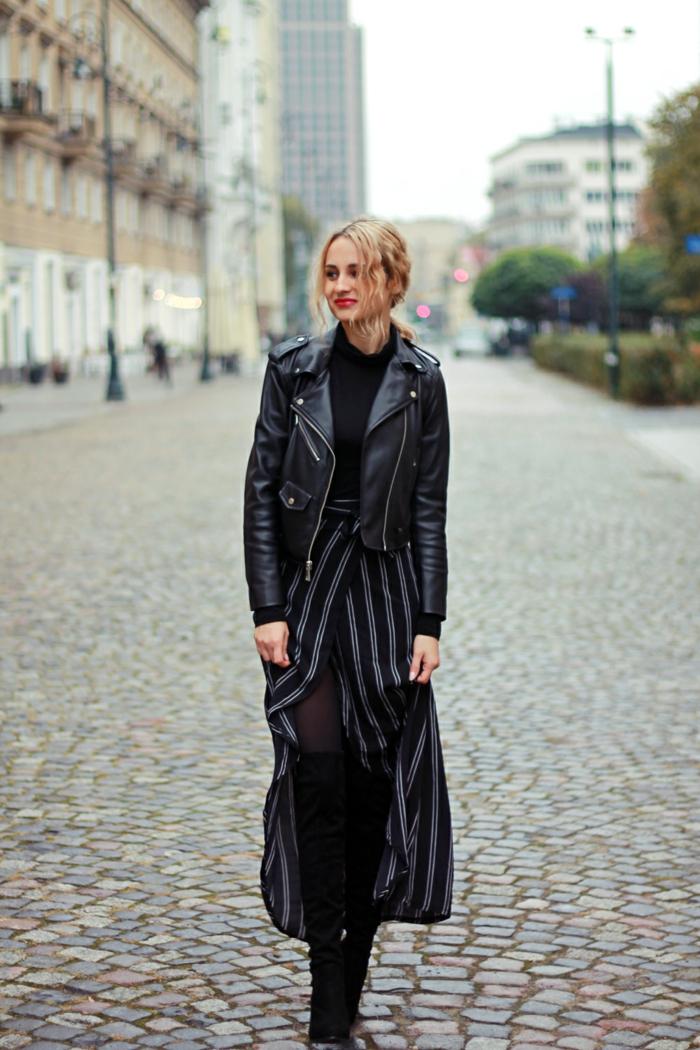 s habiller en noir, jupe longue en gris et noir, bottes au-dessus de genoux, lèvres rouges