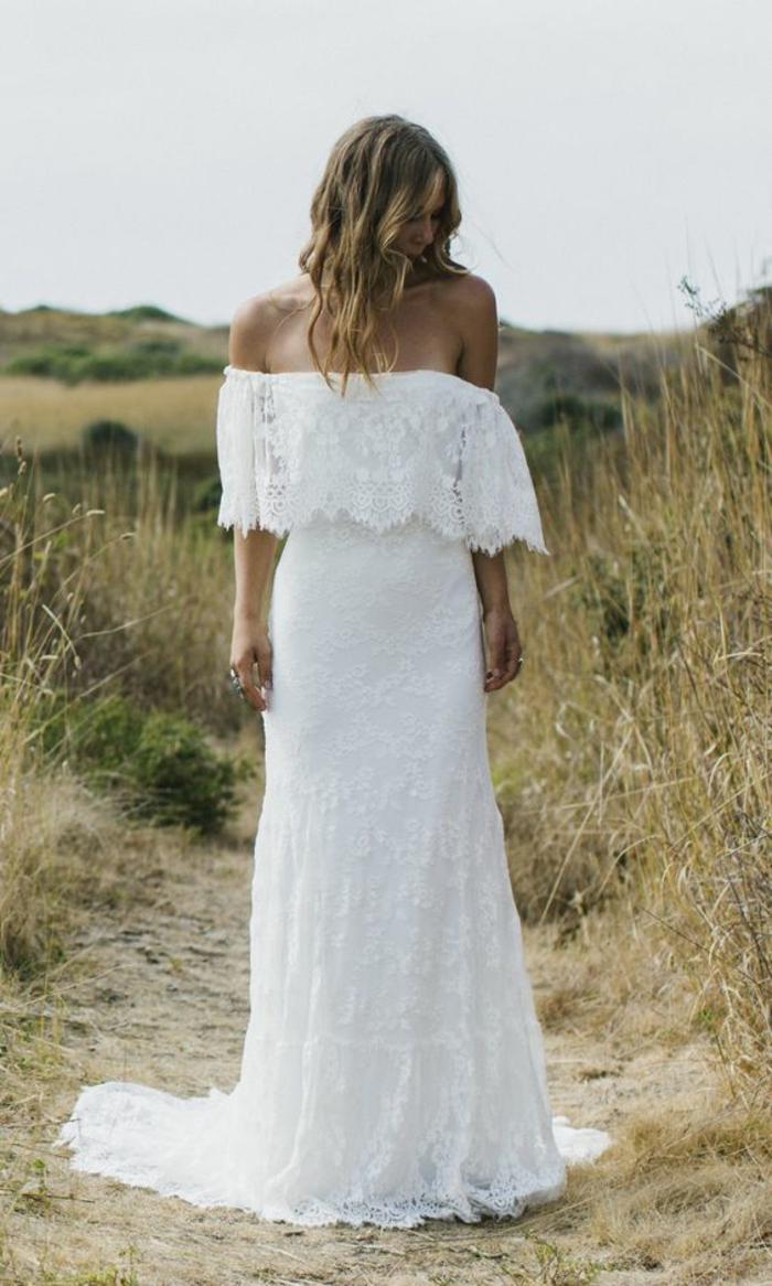 modèle de robe de mariée longue aux épaules dénudées, robe en dentelle bohème chic