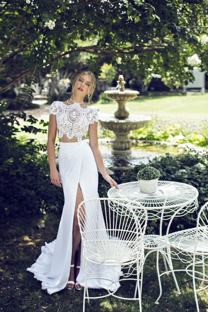 robe de mariée simple et chic, haut en dentelle et jupe à taille haute fendue