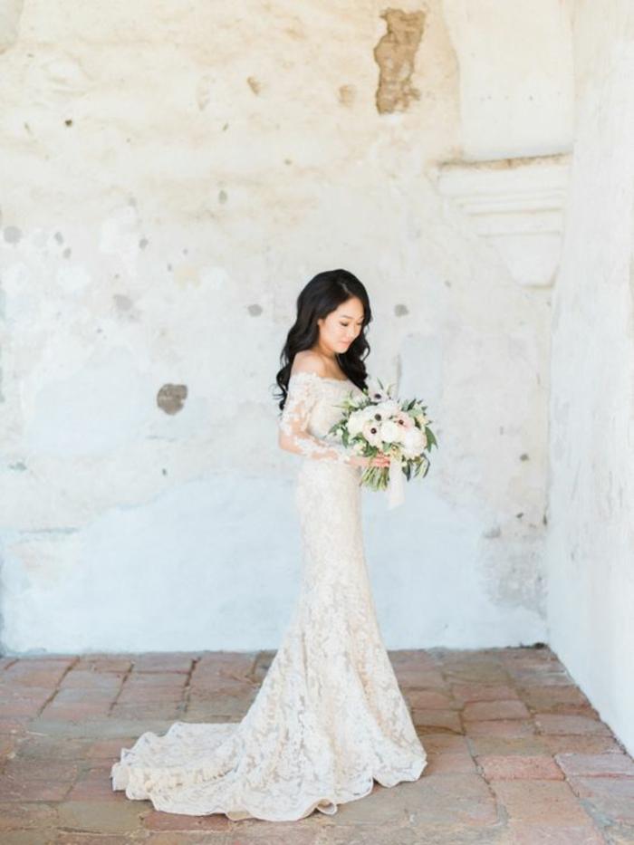 vision élégante et chic, robe de mariée moulante en dentelle et évasée vers le bas, robe à épaules dénudées