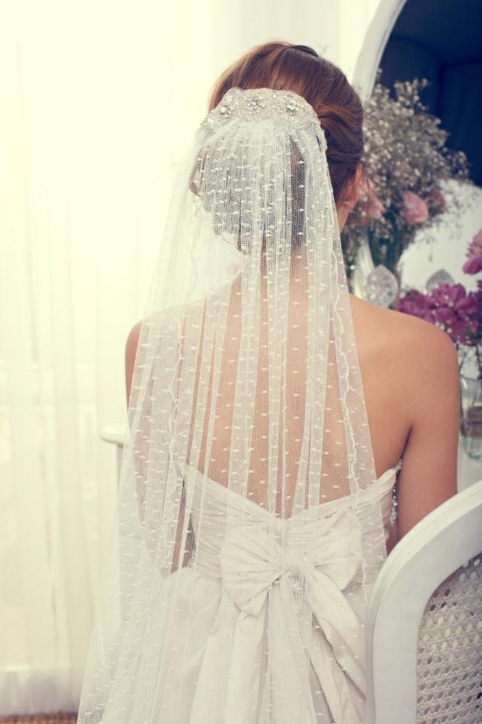 un élégant voile marié à pois et un chignon de mariage bas