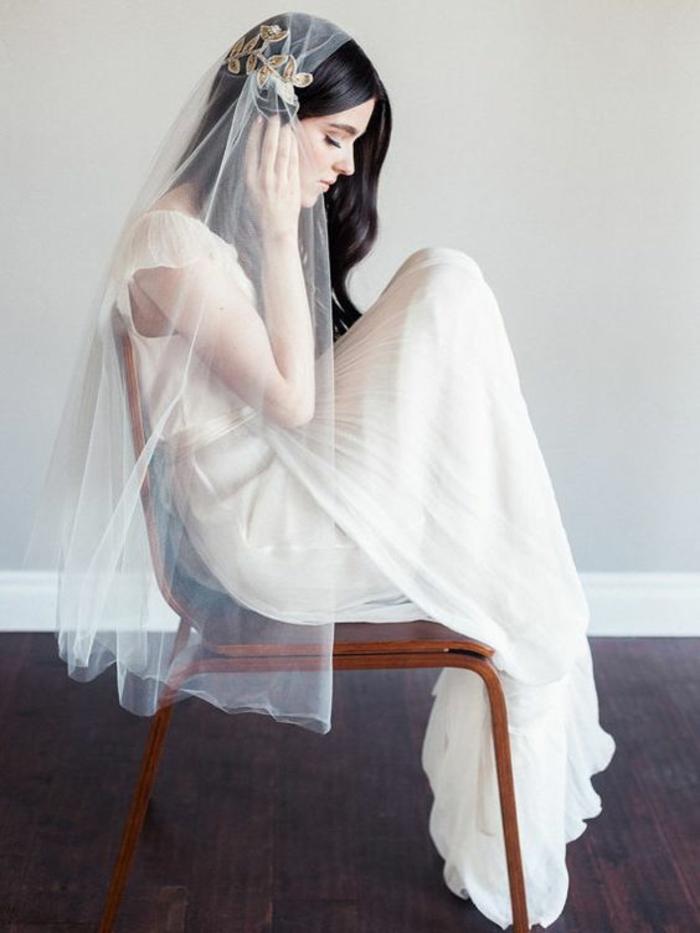 une robe de mariée fluide et légère portée avec voile mariée brodé et délicat