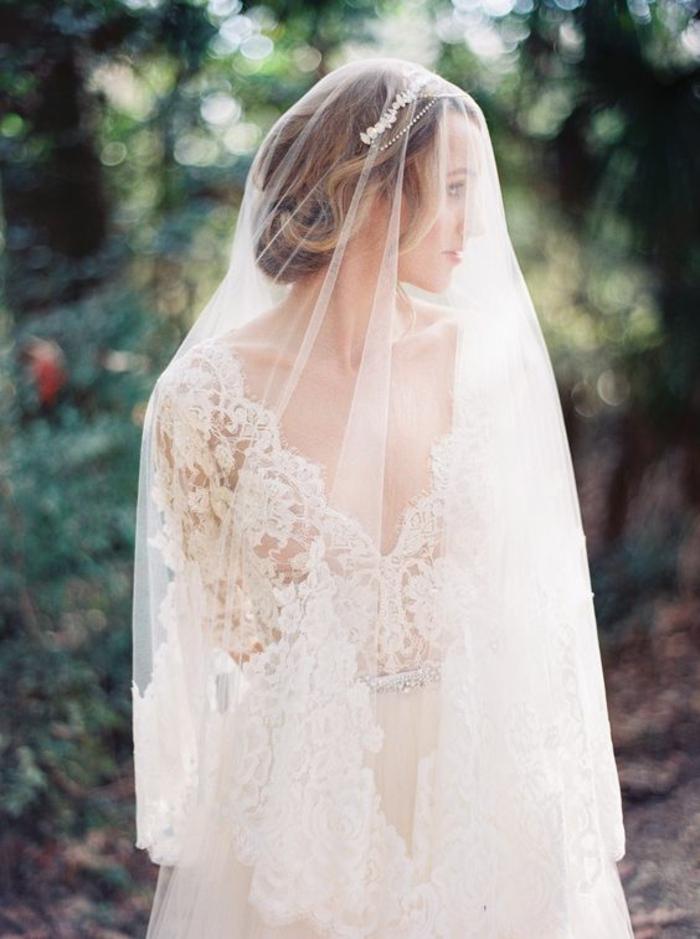 une robe de mariée dentelle pour une vision intemporelle et romantique, coiffure romantique avec voile et bandeau