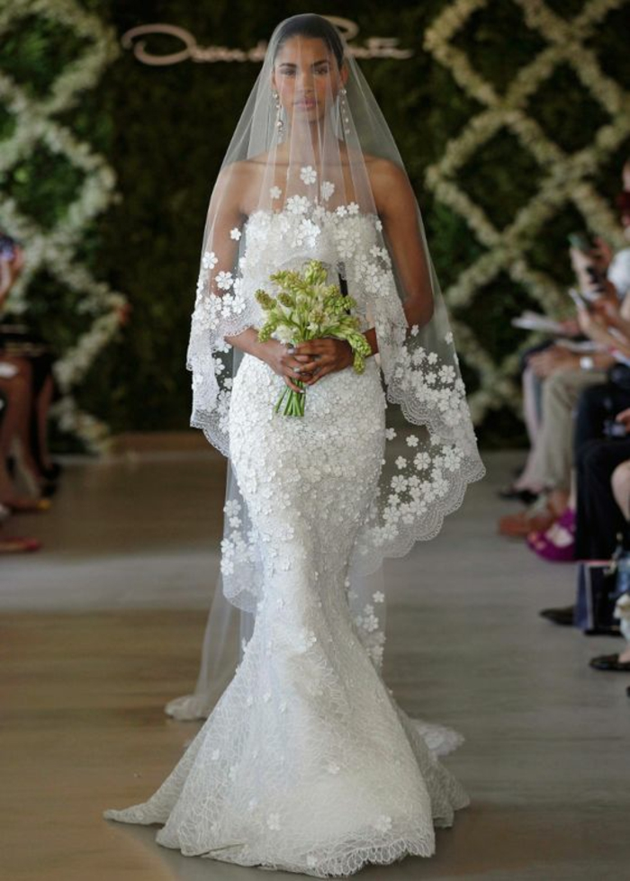 une élégante robe de mariée sirène en dentelle associée avec voile mariée  brodé à finition dentelle