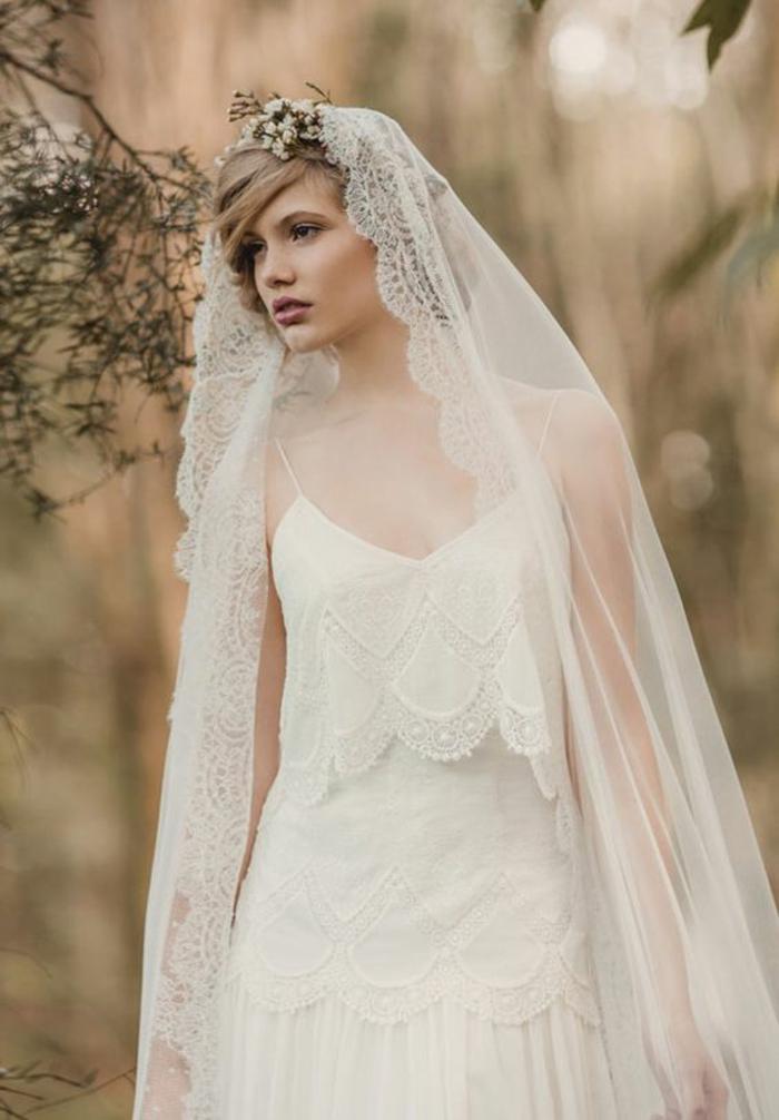 un look de mariée traditionnel et rétro, robe de mariée dentelle à volants, coupe fluide et longue